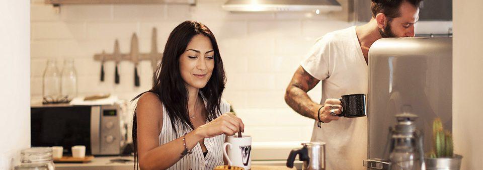 Casal na cozinha fazendo café